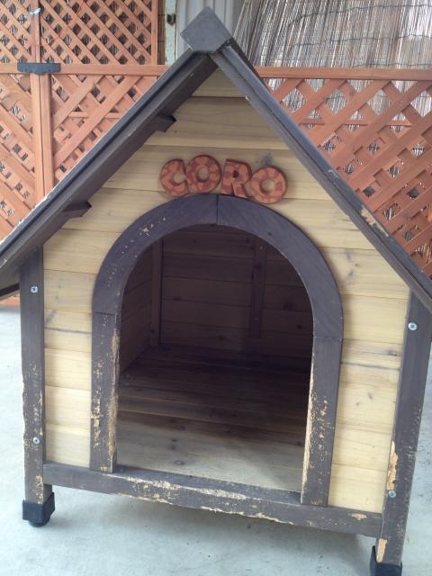 犬小屋に設置したペットのテラコッタ製アルファベット・ネームプレートcoro