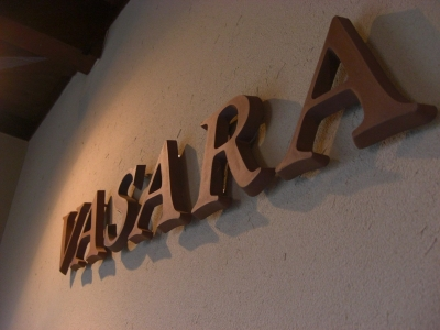 シンプルでシックなテラコッタの店舗サインvasara