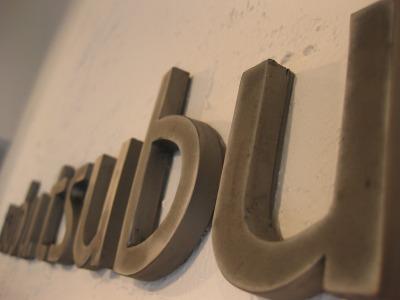 オリジナルデザインのテラコッタ店舗サインtsubu.tsubu