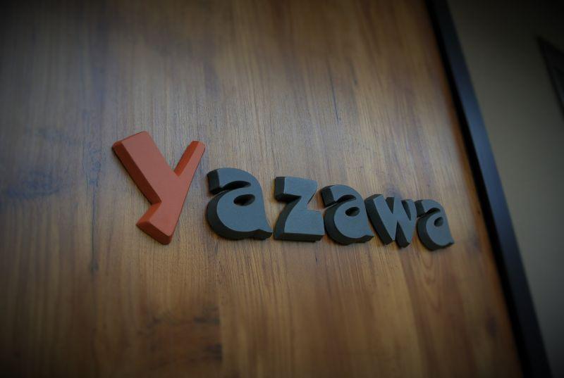 アクセントカラーがオシャレなテラコッタのアルファベット表札yazawa